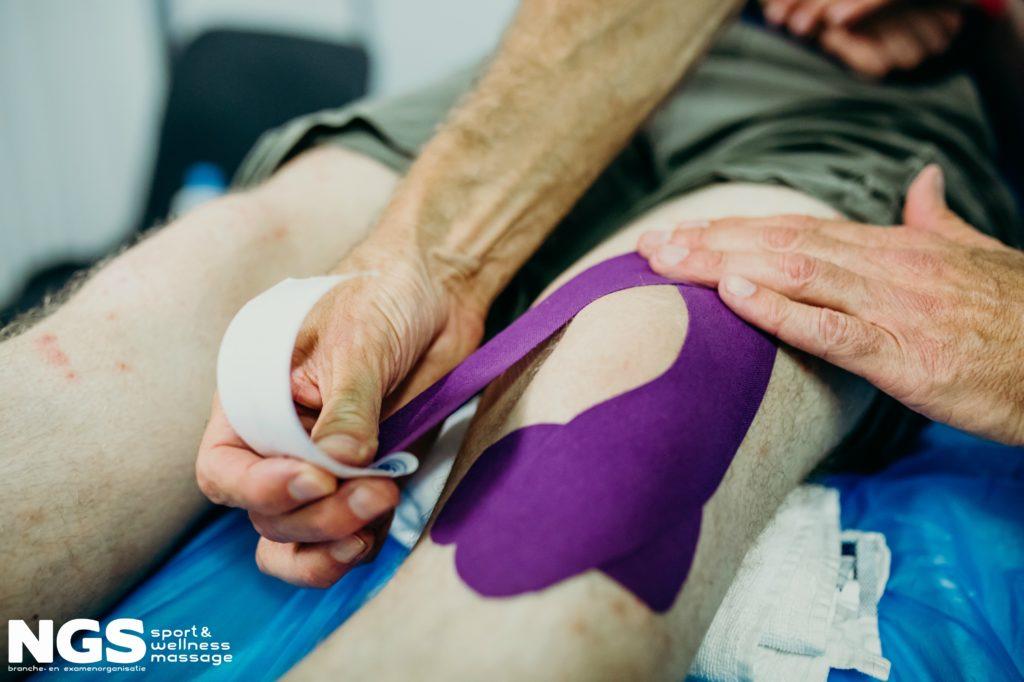 Een knie intapen met sporttape